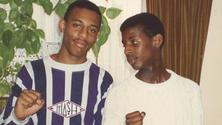 تصویر استیون لارنس در کنار برادرش استوارت