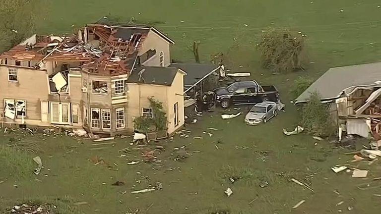 Tornado hits US states