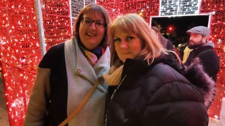 کیتی کروکسانک (L) و خواهر تامسین تقریباً 18 ماه از هم جدا شده اند