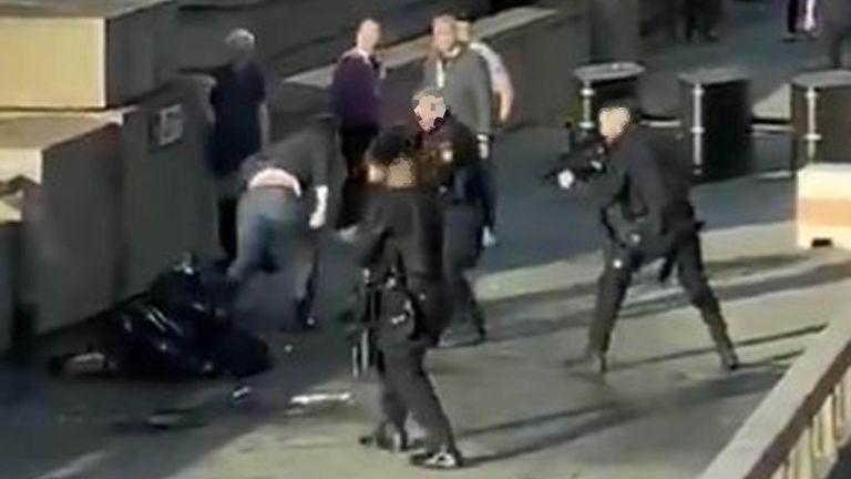 پلیس و اطرافیان عثمان خان را در پل لندن محاصره می کنند