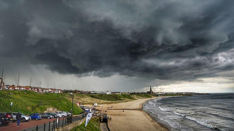 ابرهای طوفانی اوایل ماه مه بر روی ساحل Tynemouth غلتیده اند