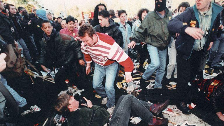 معترضین در راهپیمایی ضد نژادپرستی در ولینگ در اکتبر 1993 درگیر می شوند