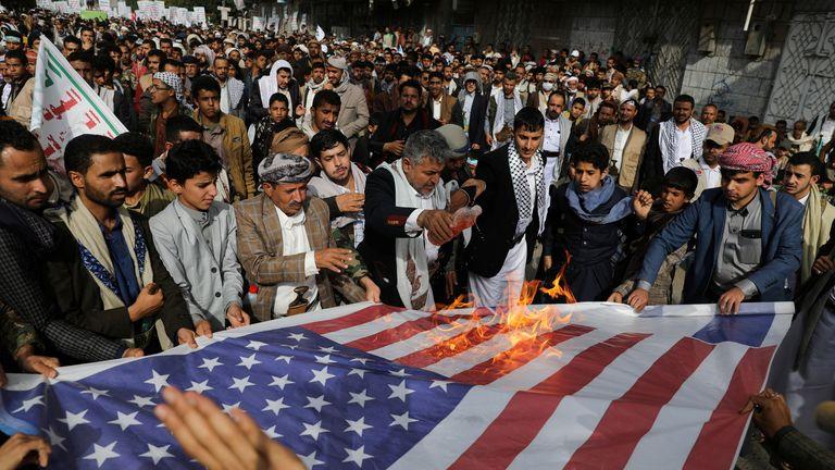 مردم در طی اعتراض برای ابراز همبستگی با مردم فلسطین در میان شعله ور شدن خشونت اسرائیل و فلسطین ، در صنعا ، یمن ، در 17 مه 2021 پرچم های ایالات متحده و اسرائیل را می سوزانند. REUTERS / خالد عبدالله