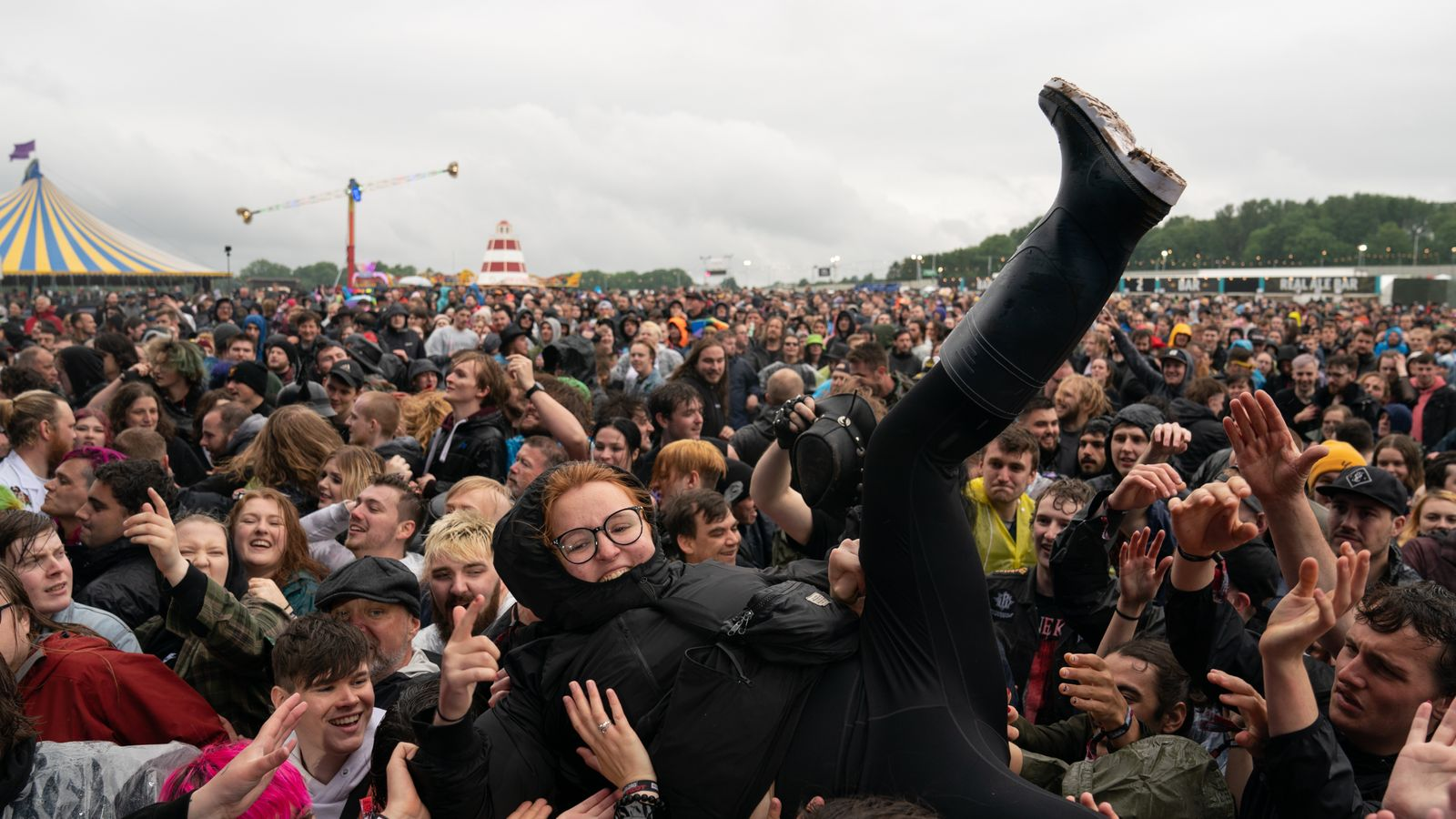 Mosh pits, ponchos and mask-free crowds: 'Euphoria' as revellers brave rain at Download Festival thumbnail