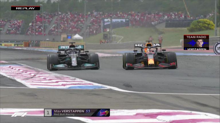 A meno di due giri dalla fine, Max Verstappen della Red Bull ha superato il rivale del titolo Mercedes Lewis Hamilton per il comando della gara.