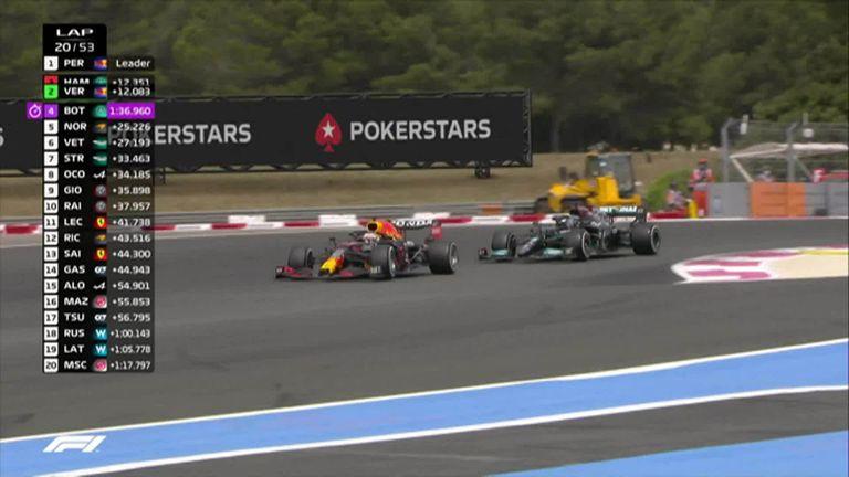Lewis Hamilton è stato lasciato indietro dal contendente al titolo Max Verstappen dopo essersi fermato quando il pilota della Red Bull ha completato il compito di passare al secondo posto.