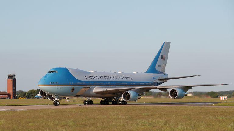 Air Force One, die US-Präsident Joe Biden transportiert, landet bei RAF (Royal Air Force) Mildenhall, als sie vor dem G7-Gipfel in der Nähe von Mildenhall, Suffolk, Großbritannien, am 9. Juni 2021 ankommt.  REUTERS / Andrew Boyers