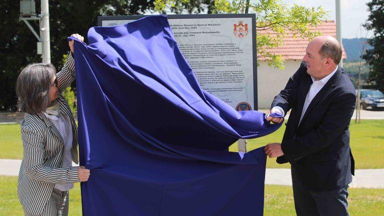 Г-н Уоллес открыл мемориал в честь спасения тысяч пилотов союзников, раненых членов партии и мирных жителей из оккупированной нацистами Югославии во время Второй мировой войны.