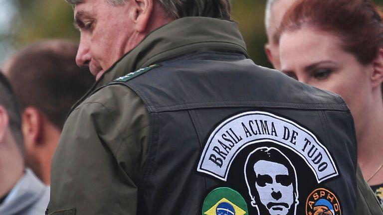 Le président portait une veste avec un patch montrant son propre visage.  Photo: AP