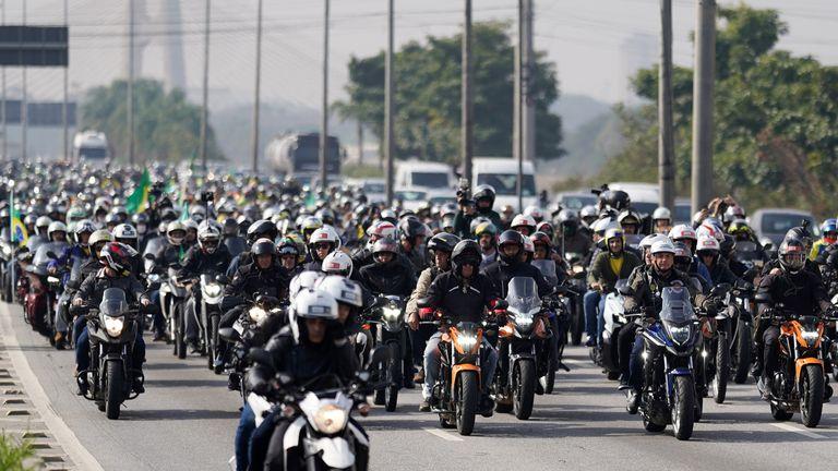 Des milliers de motards ont participé - avec le président au front