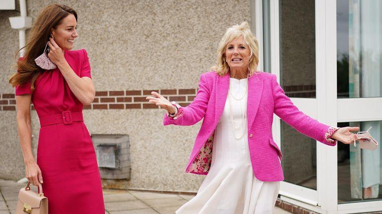 La Primera Dama de los Estados Unidos, Jill Biden, y la Duquesa de Cambridge de Gran Bretaña, reaccionan durante una visita a la Academia Connor Downs, en Hailey, Cornwall, Gran Bretaña, el 11 de junio de 2021. Aaron Chown / Paul vía Reuters