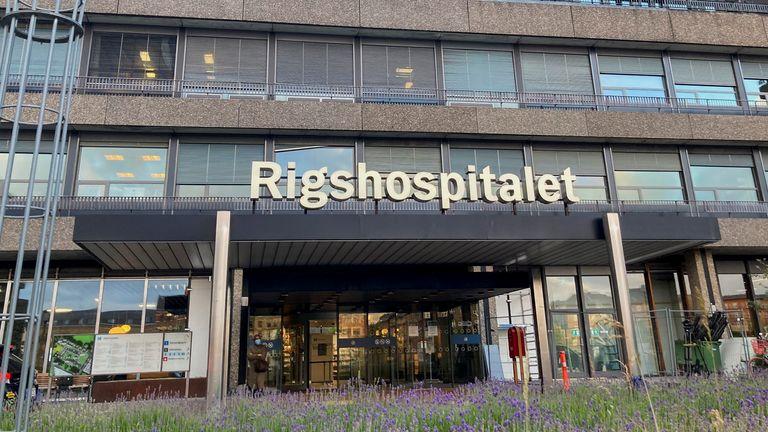 エリクセンは、コペンハーゲンのリグショスピタレット病院でパートナーと両親からサポートを受けています
