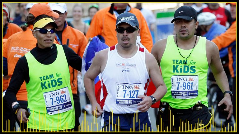 Edison Pena, al centro, è un abile maratoneta che ha continuato il suo hobby sotto il deserto cileno
