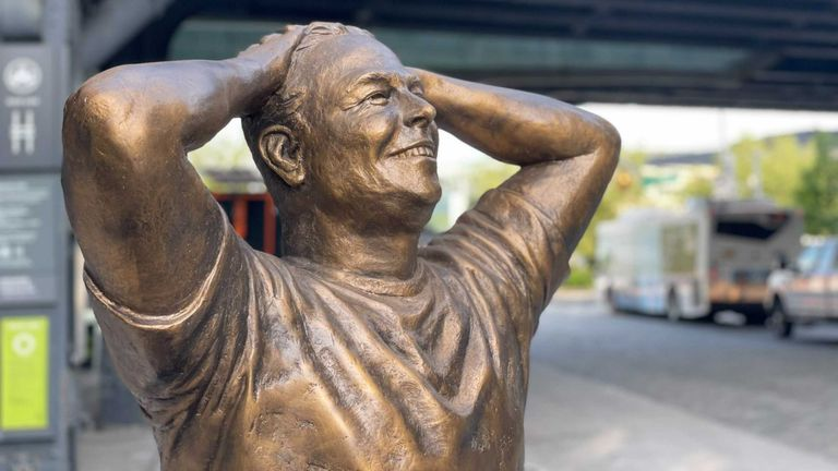 Bronze statue of Elon Musk in New York. Pic: Public.com/Twitter