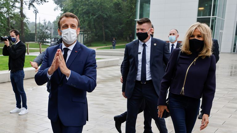 Il presidente francese Emmanuel Macron saluta accanto a sua moglie Brigitte Macron, mentre saluta la gente del posto in un seggio elettorale a Le Touquet, in Francia, durante il secondo turno delle elezioni regionali del 27 giugno 2021. Ludovic Marin / Pool via REUTERS