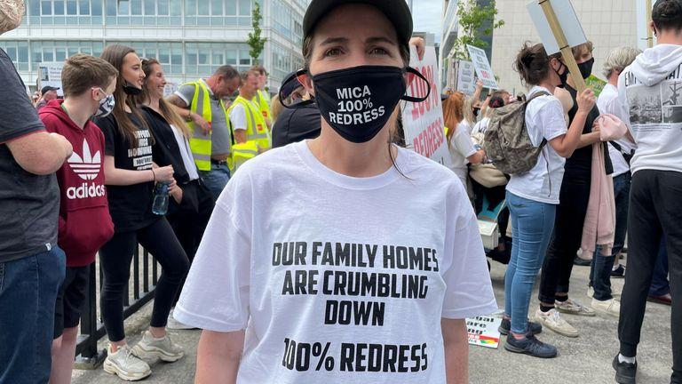 جوان مک لاولین در اعتراض دوبلین.  خانه ها به دلیل محتوای بالای میکا در آجر در حال خراب شدن هستند