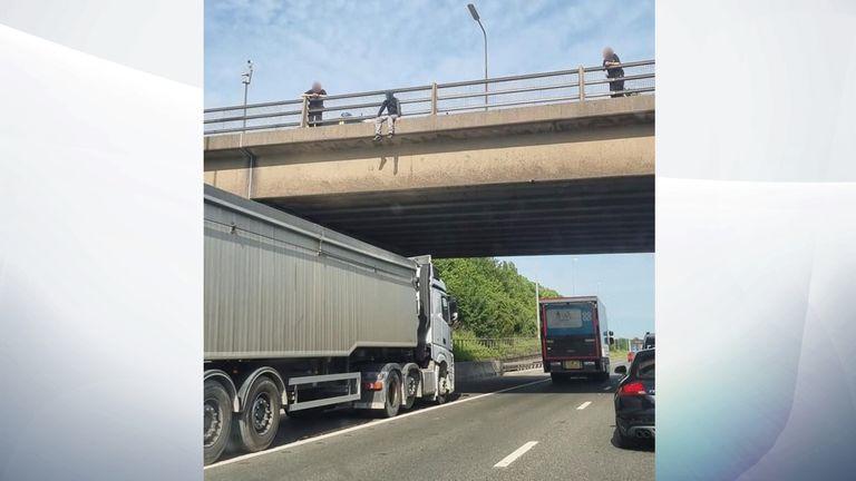 راننده کامیونی که در زیر ترس از قرار گرفتن یک مرد در روی پل M62 پارک شده بود.  عکس: شهروندان آسیب پذیر از لیدز پشتیبانی می کنند