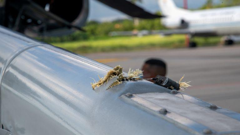 La marque d'un impact de projectile est visible sur un hélicoptère dans lequel le président colombien Ivan Duque voyageait