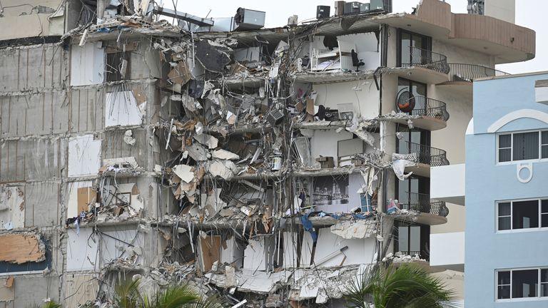 フロリダ州サーフサイド-6月25日:フロリダ州マイアミの2021年6月25日にサーフサイドでアパートが崩壊した後も家族が行方不明のままであるため、崩壊したアパートの概要。 クレジット:mpi04 / MediaPunch