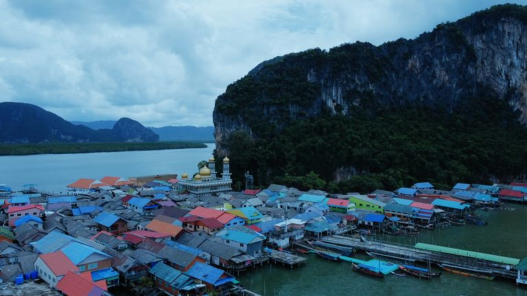 Koh Panyee hat normalerweise mehrere Besucher auf seiner Insel auf Tagesausflügen von Phuket
