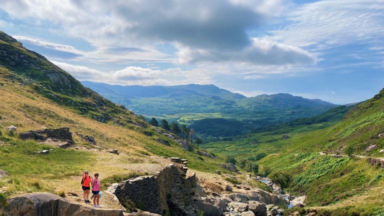 Les gens apprécient le temps chaud et le soleil sur le chemin Watkin sur le mont Snowdon à Gwynedd, au Pays de Galles.  Date de la photo : samedi 24 juillet 2021.