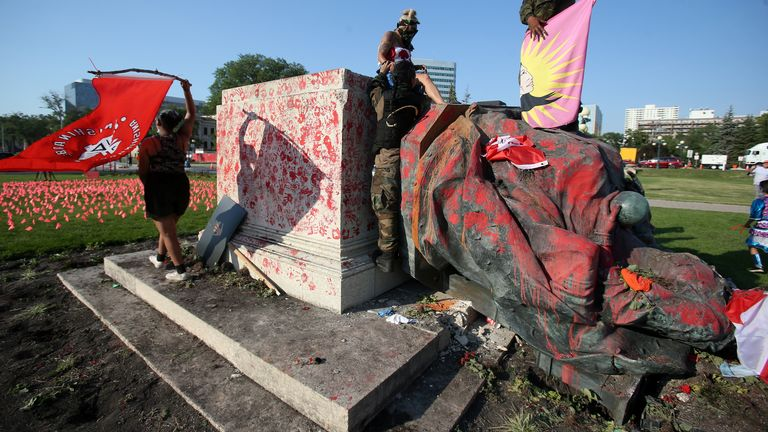 A disfigured statue of Queen Victoria rests after being toppled at a rally, following the discovery of the remains of hundreds of children in former residential schools, outside the provincial legislature on Day of the Canada Day in Winnipeg, Manitoba, Canada on July 1, 2021. REUTERS / Shannon Van Raes