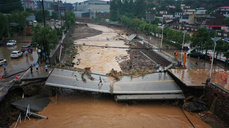 Un pont gravement endommagé dans le village de Gongyi dans la province du Henan