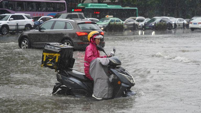 20 يوليو 2021 ، هطول أمطار غزيرة في مدينة تشنغتشو بمقاطعة خنان بوسط الصين.  (ImagineChina عبر AB Images)
