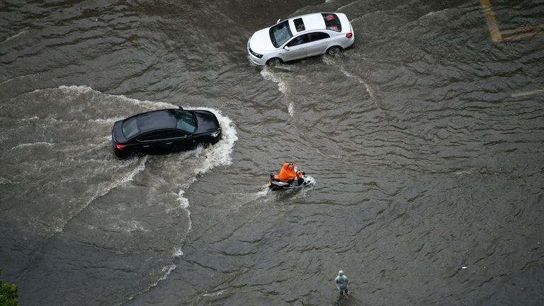 20 يوليو 2021 أشخاص غرقوا في أمطار غزيرة في مدينة تشنغتشو بمقاطعة خنان بوسط الصين.  (ImagineChina عبر AB Images)