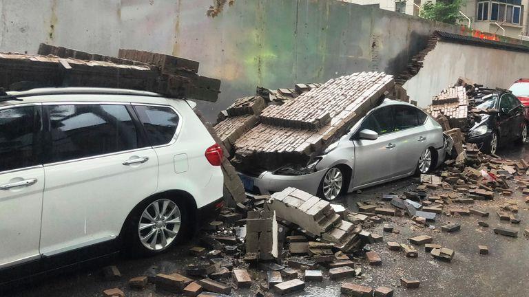 دمرت حطام جدار منهار بسبب الأمطار الغزيرة 7 سيارات في 20 يوليو 2021 في مدينة تشنغتشو بمقاطعة خنان وسط الصين.  (ImagineChina عبر AB Images)