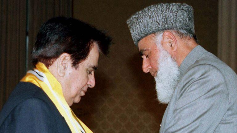 """الرئيس الباكستاني محمد رفيق ترار يدعو يوسف خان الممثل الهندي ديليب كومار (يسار) """"نيشان امتياز"""" جائزة"""