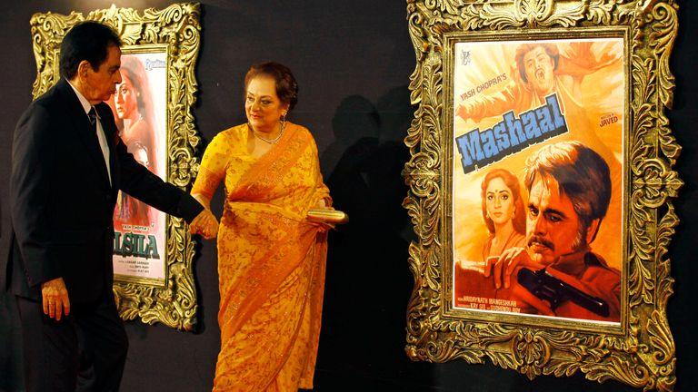 """ديليب كومار قادم مع زوجته سايرا بانو لحضور الفيلم كرئيس للوزراء """"جاب تاك هاي جون"""" أو """"انا حي"""" في مومباي ، الهند."""