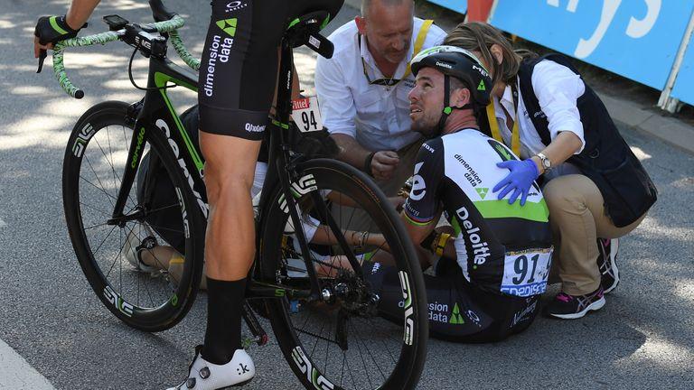 Bisiklete binme - Fransa Bisiklet Turu 104. bisiklet yarışı - Mondorf-les-Bains, Lüksemburg'dan Vettel, Fransa'ya 207,5 km'lik etap - 4 Temmuz 2017 - Britanya'dan Mark Cavendish, Dimension Data sürücüsü yol kenarında kaza yaptıktan sonra tıbbi yardım alıyor.  bitiş çizgisi.  Fotoğraf: Stefan Manti/Reuters