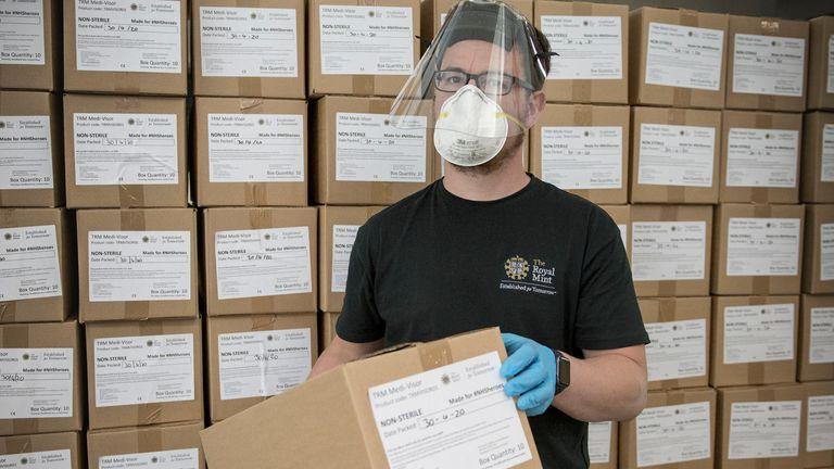 La compañía dijo que 200 empleados fabricaron 1.9 millones de visores médicos para el NHS durante el cierre en The Royal Mint Experience.
