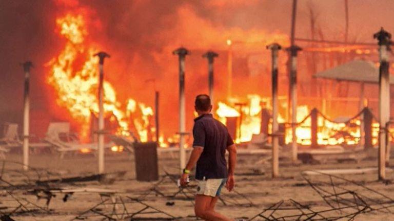 Wildfire rips through Italian beach resort