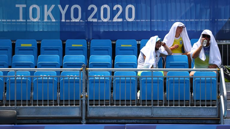 Players cool down in the hot weather at Ariake Tennis Park REUTERS/Edgar Su - SP1EH7O0CK0BP