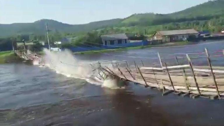 Most wiszący zawalił się, gdy ciężarówka próbowała przejechać podczas poważnych powodzi we wschodniej Rosji