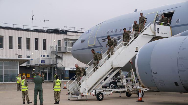 أفراد من القوات المسلحة البريطانية لواء 16 هجوم جوي يغادرون رحلة من أفغانستان في سلاح الجو الملكي البريطاني بريز نورتون ، أوكسفوردشاير.  نُقلت القوات البريطانية الأخيرة والموظفون الدبلوماسيون جواً من كابول يوم السبت ، في اقتراب انتهاء مشاركة بريطانيا التي استمرت 20 عامًا في أفغانستان وعملية استمرت أسبوعين لإنقاذ مواطنين بريطانيين وحلفاء أفغان.  تاريخ الصورة: الأحد 29 أغسطس 2021.