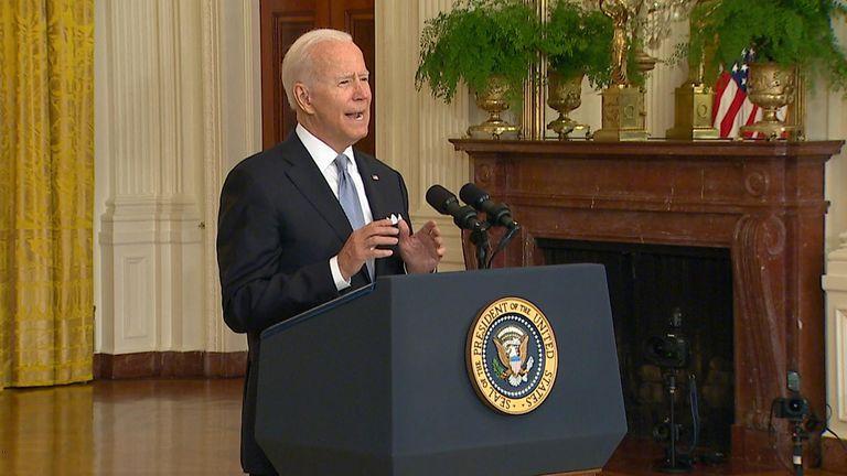 Biden si rivolge al mondo dopo che i talebani hanno preso il controllo di Kabul.