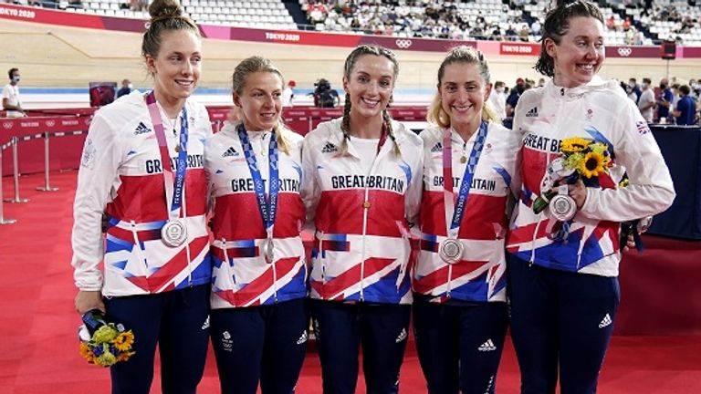 Katie Archibald, Laura Kenny, Neah Evans, Josie Knight and Elinor Barker with their medals