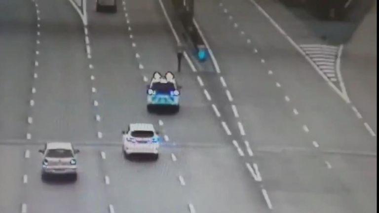Crédit : Twitter/@CMPG UN CONDUCTEUR DE SCOOTER ÉLECTRONIQUE ARRÊTÉ PAR LA POLICE EN UTILISANT L'AUTOROUTE POUR RETOURNER À LA MAISON Un conducteur de scooter électrique en état d'ébriété a été arrêté par la police alors qu'il empruntait l'autoroute pour rentrer chez lui après une soirée à Birmingham.