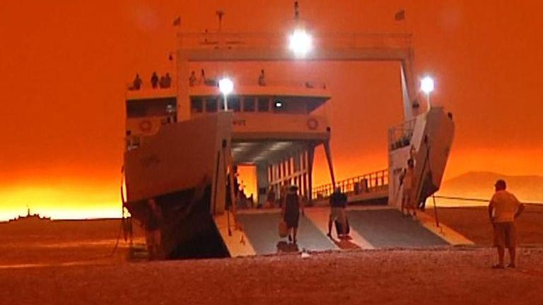 La Grèce incendie le ferry d'Eubée: alors que le ciel devient rouge, le ferry est en attente des évacuations d'Eubée