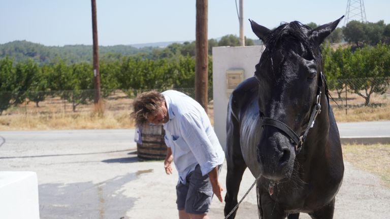 Ο πατέρας του Ιάσονα Ζαφειρακόπουλου πνίγει το άλογό του στο νερό