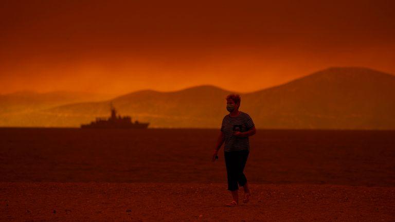 El humo sale del mar en el pueblo de Pefki en la isla de Evia.  Imagen: Apr
