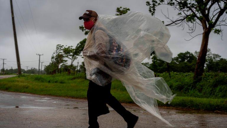 今週初めにハリケーンアイダがキューバを横切ったとき、男は強風と強雨に苦しんでいます
