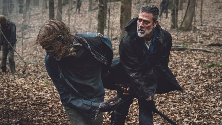 Jeffrey Dean Morgan en action - tuant encore un autre marcheur.  Photo : Josh Stringer/AMC