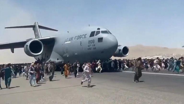 Des personnes ont été vues accrochées à des avions décollant de l'aéroport international de Kaboul, après que les talibans ont pris le contrôle du pays.  Un certain nombre de vidéos choquantes ont été téléchargées sur les réseaux sociaux montrant des foules immenses sur la piste, essayant de s'échapper du pays.
