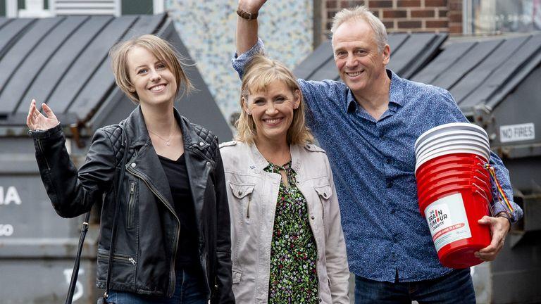 Laura Nuttall (à gauche) avec sa mère Nicola et son père Mark