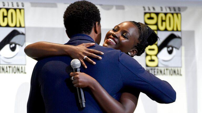 Chadwick Boseman memeluk Lupita Nyong'o di Comic-Con International 2016 Pic: AP