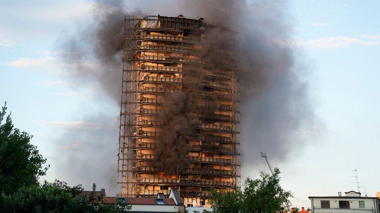 Brannen spredte seg raskt gjennom det nylig renoverte 60 m høye boligbygget